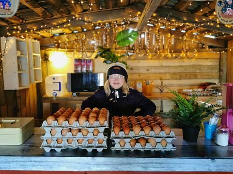 Tässä on nuori yrittäjän alku Sofie Jauhiainen. Hänen kesäkahvilansa tiloihin pystytetty kananmunabisnes ei ehkä tuo paljoa rahaa, mutta antaa arvokkaan kokemuksen.