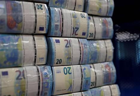 Koronaviruspandemia kiihdytti euroalueen velkaantumista merkittävästi viime vuonna. Kuvassa 20 euron seteleitä rahalaitoksessa Wienissä.