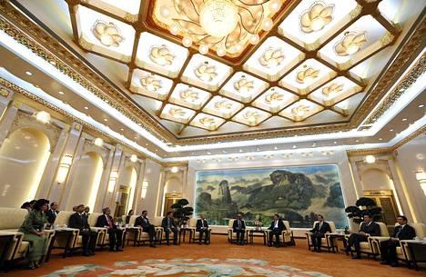 Kiinan presidentti Xi Jinping tapaa vieraita Aasian infrastruktuurin investointipankin avajaisseremoniassa Pekingissä lokakuussa 2014. Britannia on ensimmäisenä G7-maana lähdössä jäseneksi AIIB:hen.