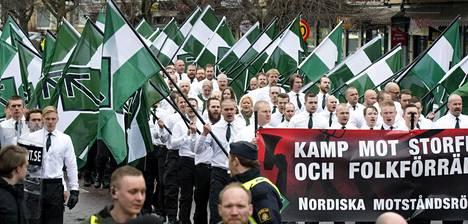Svenska motståndsrörelsenin jäsenet marssivat Ruotsin Borlängessä viime vappupäivänä.