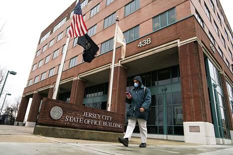 Mies käveli ulos New Jerseyn osavaltion toimistorakennuksesta Jersey Cityssä viime viikolla rakennuksen sulkemisen jälkeen.