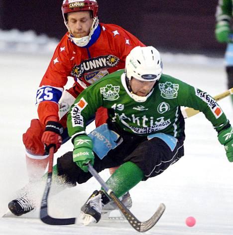 HIFK:n Joni Hauska (vas.) seuraa Akilleksen Markus Lindqvistiä.
