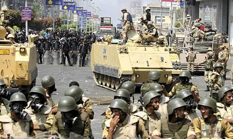 Egyptin poliisi hajotti verisesti syrjäytetyn presidentin Muhammed Mursin kannattajien leirit Kairossa keskiviikkona.
