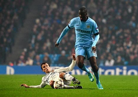 Roman Eremenko ja Yaya Toure taistelivat pallosta Manchesterissa keskiviikkona.