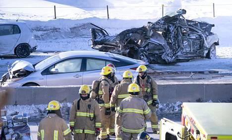 Jotkut ketjukolariin joutuneista autoista musertuivat pahoin.