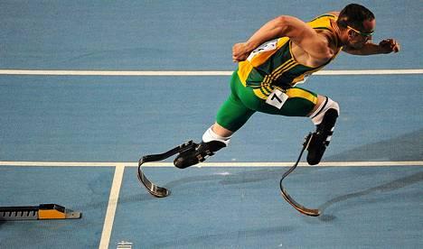 Oscar Pistorius valittiin Etelä-Afrikan 4 x 400 metrin viestijoukkueeseen.