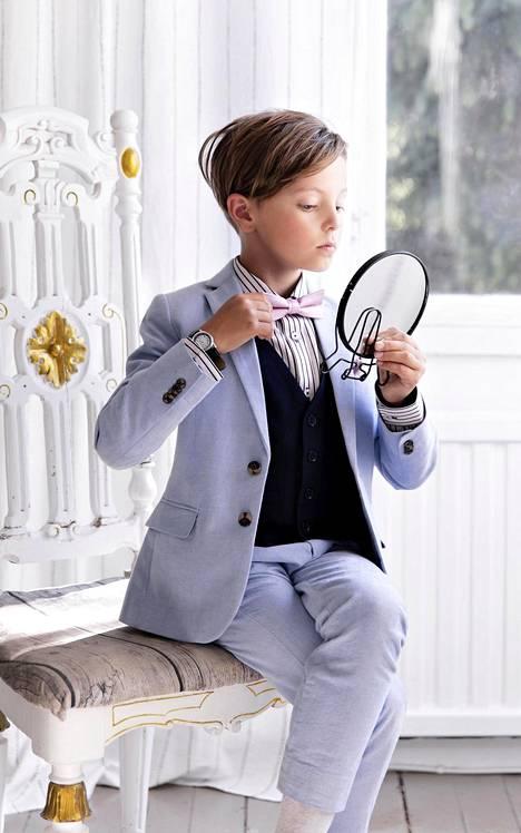 Emil, 9, pukeutuu mielellään pukuihin. Hän omistaa viisi puvuntakkia.