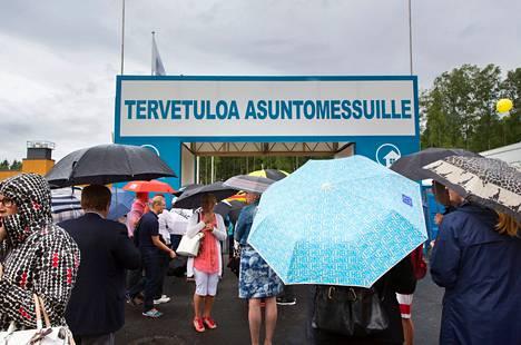 Kävijät jonottivat Vantaan asuntomessuille avajaispäivänä.
