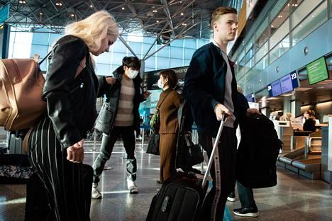 Iivari Jokinen ja Enni Tervonen ovat jättämässä matkatavaroitaan ennen lentoa Teneriffalle.