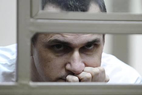 Krimiläinn elokuvaohjaaja Oleh Sentsov oikeudenkäynnissään Donin Rostovissa heinäkuussa 2015.