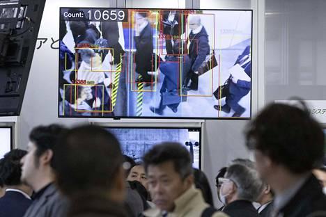 Kasvojentunnistusteknologiaa esiteltiin Tokiossa pidetyillä tekoälymessuilla huhtikuussa.