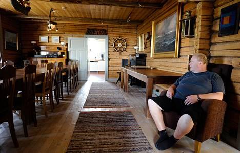 """Satamakapteeni Lars Andersson esitteli Boistön saaren ruokasalia keskiviikkona. """"Paljonhan meillä käy erilaisia kokoustajia, mutta kyllä nämä Ukrainan sovittelijat taisivat olla niitä korkea-arvoisimpia"""", Andersson sanoo."""