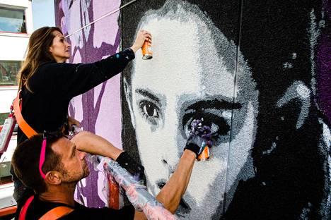 Hollantilainen taitelijapariskunta Denise ja Willem viimeistelivät Vantaan Hakunilaan maalaamaansa muraalia.