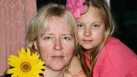 Mimosa ja Cecilia Helander toipuvat Delphine Helanderin itsemurhasta.