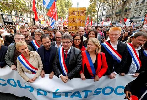 Jean-Luc Mélenchon (kesk.) johti vasemmiston mielenosoittuskulkuetta Pariisissa lauantaina.