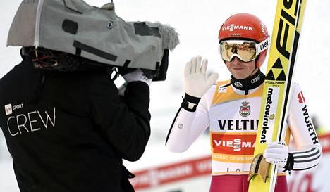 Yhdistetyn saksalaiskilpailija Eric Frenzel vilkutti tv-kameralle maailmancupin osakilpailussa Lahdessa 2016.
