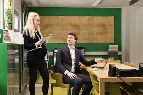 Ina ja Christoffer  Henriksson ymmärtävät toistensa työhön liittyviä vaatimuksia.