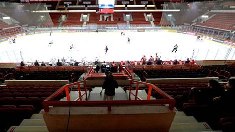 HIFK pelasi JYPiä vastaan tyhjille katsomoille 12. maaliskuuta, kun koronaviruksen leviämisriskin takia katsojia ei voitu ottaa sisään.