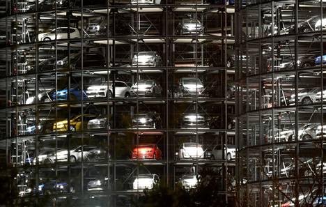 Volkswagenin autoja jakelutornissa Wolfsburgin tehtaalla.