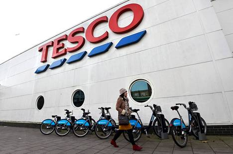 Tescoissa työskenteleville maksetaan monta puntaa pienempää palkkaa kuin Tescon varastoilla työskenteleville.