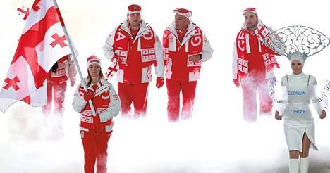 Nino Tsiklauri (edessä vasemmalla) kantoi Georgian lippua Sotšin olympialaisten avajaisissa.