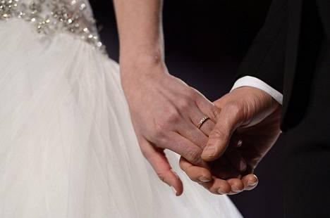 Suomalaiset valitsevat puolisonsa muun muassa koulutustason mukaan. Kun pariskunnalla on saman tasoinen koulutus, on ero epätodennäköisempää kuin muilla.