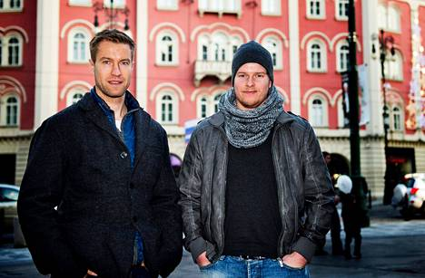 Raumalaiset maalivahdit Petri Vehanen (vas.) ja Atte Engren viihtyvät mainiosti Prahassa.