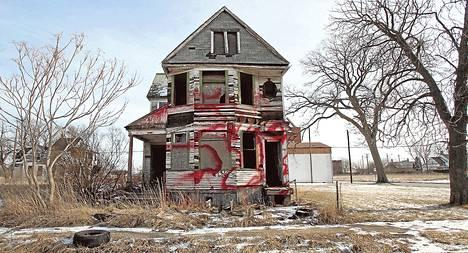Yksi Detroitin kymmenistätuhansista hylätyistä asuintaloista kuvattiin tammikuussa 2013.