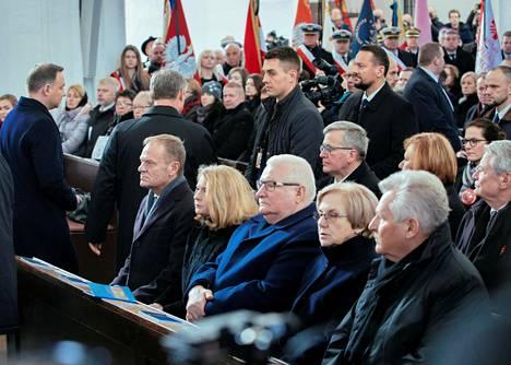 Muiden muassa Euroopan neuvoston puheenjohtaja Donald Tusk (vas.) ja Puolan entiset presidentit Lech Walesa ja Bronislaw Komorowski osallistuivat Pawel Adamowiczin hautajaisiin Gdanskissa lauantaina.