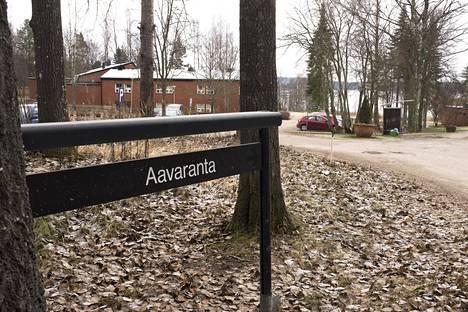 Keskusrikospoliisi kävi torstaina aamupäivällä pidättämässä kuusi ihmistä Aavarannan johtamistaidon opistossa toimivasta turvapaikanhakijoiden vastaanottokeskuksesta Kirkkonummella.