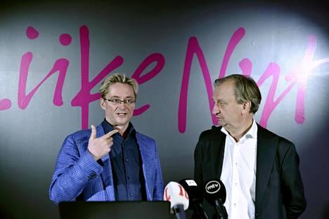 Liike Nytin johtohahmot Mikael Jungner (vas.) ja Harry Harkimo puhuivat tiedotustilaisuudessa maanantaina.