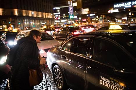 Eva Kyyhkynen etsi itselleen mieluisan taksin Asema-aukiolla perjantai-iltana 15. maaliskuuta. Valinnanvaraa oli runsaasti, koska vapaiden autojen letka täytti koko taksialueen.