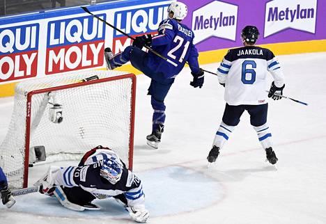NHL-pelaaja Antoine Roussel (21) teki Ranskalle kaksi maalia. Topi Jaakola ja Joonas Korpisalo olivat voimattomia.