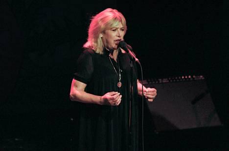 Marianne Faithfull paheksuu nuorten naispopparien tyyliä.