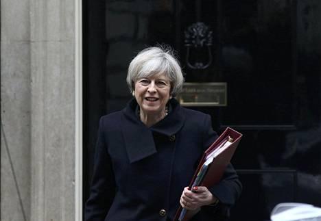 Britannian pääministeri Theresa May keskiviikkona Lontoossa virka-asuntonsa edustalla.