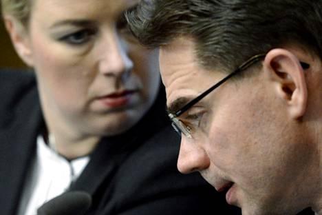 Valtiovarainministeri Jutta Urpilainen (sd) ja pääministeri Jyrki Katainen (kok) kertoivat syksyllä 2013 rakennepoliittisesta ohjelmastaan.