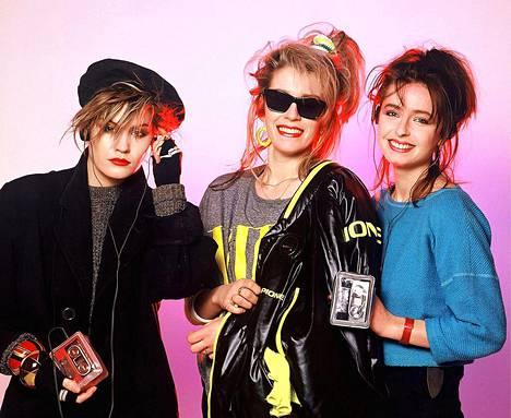 Bananarama vuonna 1984 uransa huippuvuosina, kun Walkman-korvalappustereot olivat suosiossa: Siobhan Fahey, Sarah Dallin ja Keren Woodward.
