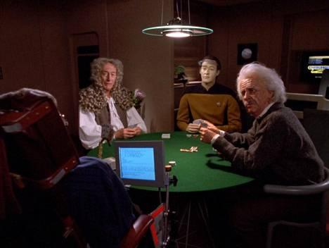 Stephen Hawking esitti itseään pokeripöydässä, jossa olivat myös Isaac Newton (John Neville), Data (Brent Spiner) ja Albert Einstein (Jim Norton).
