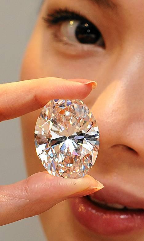 Ennätyshintaan huutokaupattu timantti on poikkeuksellisen värinen ja harvinaisen virheetön.