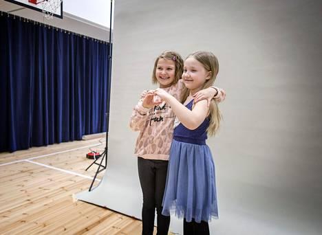 Kaisaniemen ala-asteen oppilaat Alyssa Huhtanen (vas.) ja Viola Erma kaverikuvassa.
