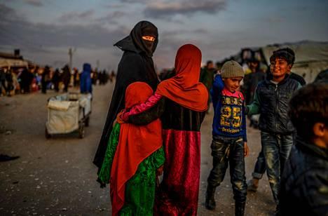 Syyriassa Hasakan maakunnassa al-Hulin pakolaisleirillä on yli 56 000 ihmistä, joista osa on pommituksia paenneita Isisin kannattajia. Kuva on helmikuun puolivälistä, eikä siinä näkyvien ihmisten taustoista ole tietoa.