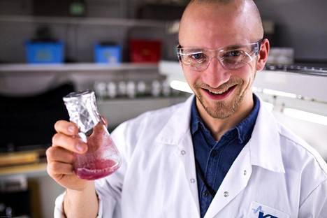 Lauri Reuter, tutkija, Cellpod bioreaktorin kehittäjä esittelee biomassaa VTT:n laboratoriossa.