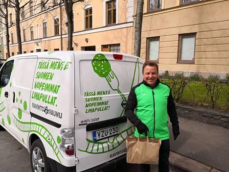 Kehityspäällikkö Petri Martola työskenteli ensimmäisenä päivänä lihapulla-autossa.