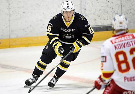 Juuso Ikonen ja Henrik Koivisto jääkiekon Liigan ottelussa Blues-Jokerit.
