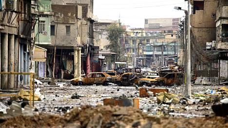 Poltettuja autoja Mosulin kaduilla maaliskuussa 2017. Irakin joukot valtasivat kaupungin kesällä takaisin Isisiltä.
