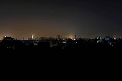 Valtava sähkökatko pimensi Karachin kaupungin Pakistanissa lauantaina.