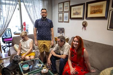 Castellanosin perhe viettää aikaa yhdessä televisiota katsellen, pelaten, leipoen ja koiria ulkoiluttaen. Vapaa-aikaa vietetään mielellään koko perheen voimin.