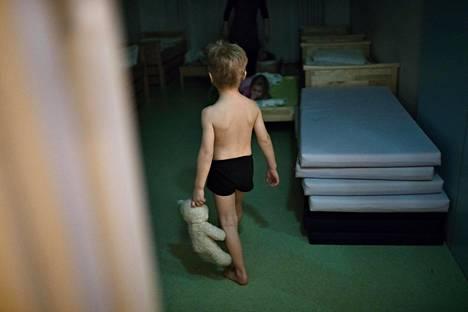 Kello 20.17. Viisivuotias Mikael Rannisto saapuu iltapalan jälkeen päiväkoti Pikkutylliin Helsingin Kalasatamaan. Vasta kolmatta yötä päiväkodissa viettävä Mikael tekee iltatoimet, hakee unikaverin, kävelee omaan sänkyynsä ja nukahtaa heti hyvän yön toivotusten jälkeen.
