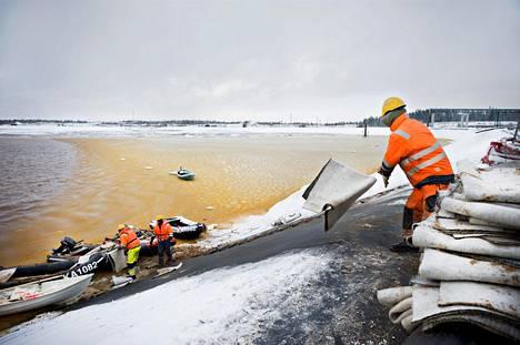 Talvivaaran kaivosalueella sattuneet jätevesivuodot vuodot ovat pilanneet lähiympäristöä. Marraskuussa 2012 Talvivaaran kaivoksen vuotavaa kipsisakka-allasta yritettiin paikata bentoniittimattojen avulla. Altaan eristeenä ollut muovikalvo kuitenkin repesi ja ympäristöön pääsi virtaamaan suuri määrä suola- ja metallipitoista vettä.
