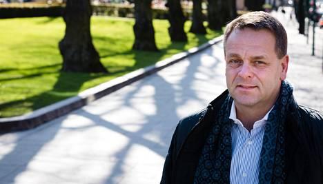 Tuleva pormestari Jan Vapaavuori Helsingin Pohjoisesplanadilla, joka on osa Helsingin kävelykeskustasuunnitelmaa.